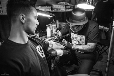 Tatoo artist at work at MUSINK, photo by Daniel Rojas